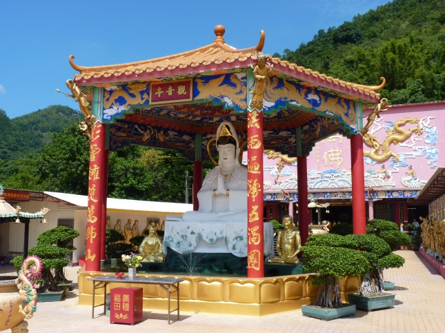 The central courtyard - The Ten Thousand Buddhas Monastery.
