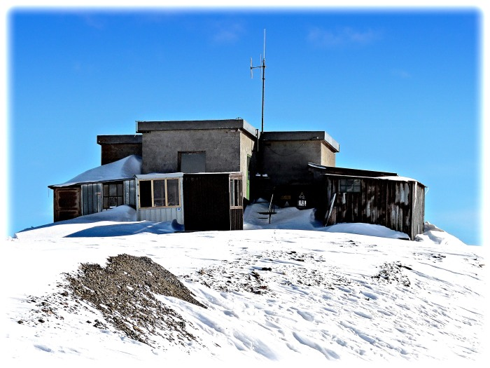 The lone weather station a top the Carosello at 3000m.
