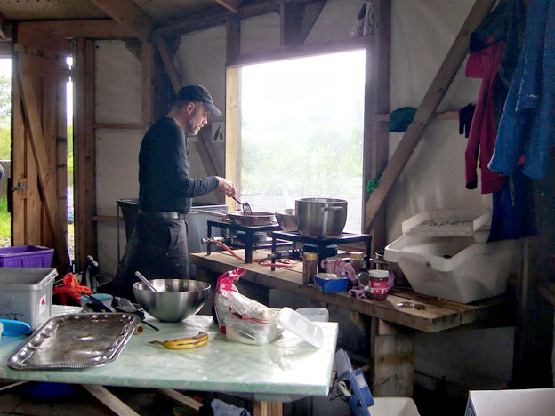 Guilli our guide in the hut at Básar preparing the last communal meal