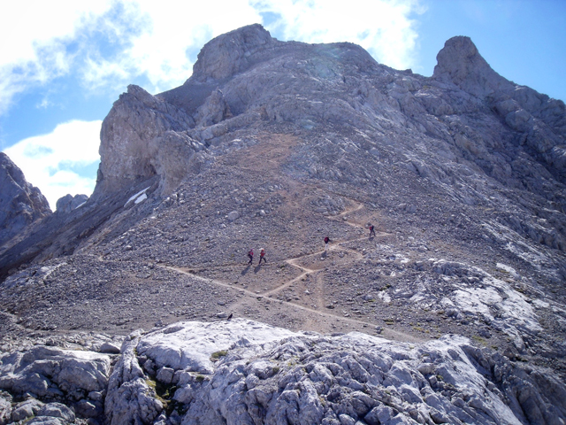 The ascent path on Nearing Torre de los Horcados de Rojos