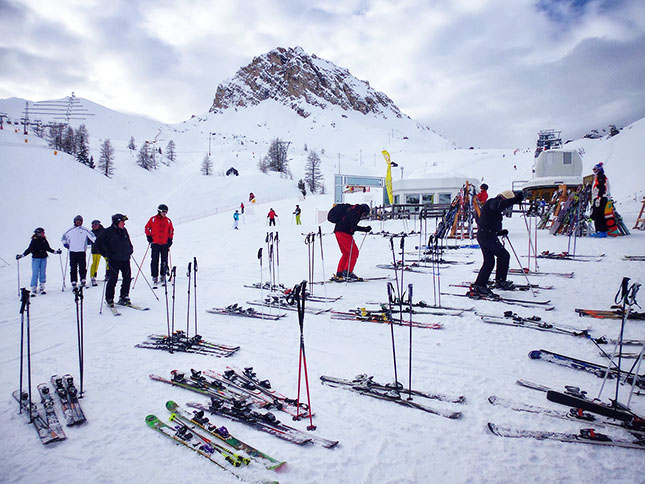 The long awaited Refugio stop for lunch and with make-shift ski car park